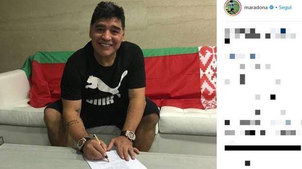Diego Armando Maradona firma con la Dinamo Brest (Instagram)