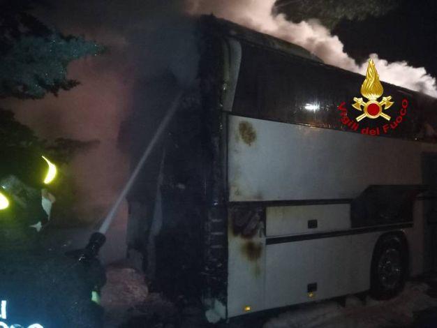 L'autobus in fiamme a Poggio a Caiano