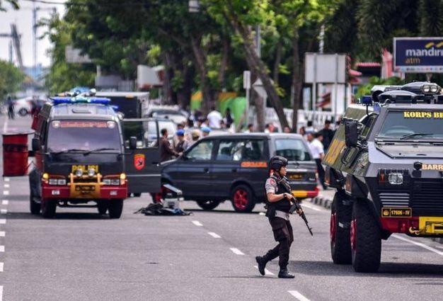 Assalto contro la centrale di polizia a Pekanbaru, Indonesia (Ansa)