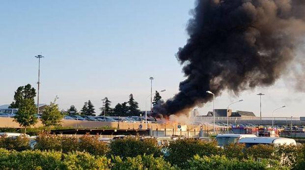 Aeroporto di Bologna, auto a fuoco nel parcheggio