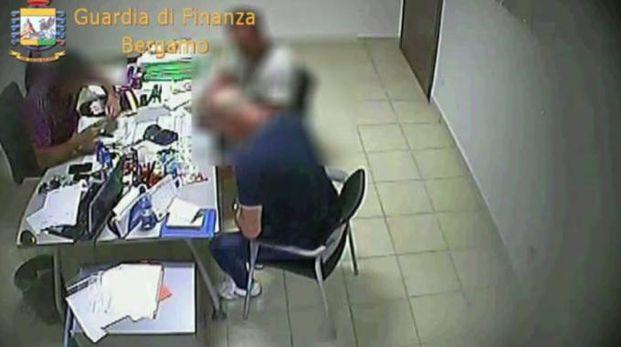 Sgominata associazione a delinquere (Frame video Gdf)