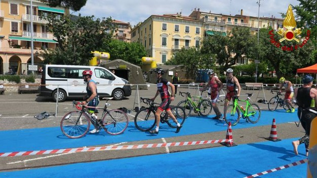 Triathlon, il campionato dei vigili del fuoco a Lerici