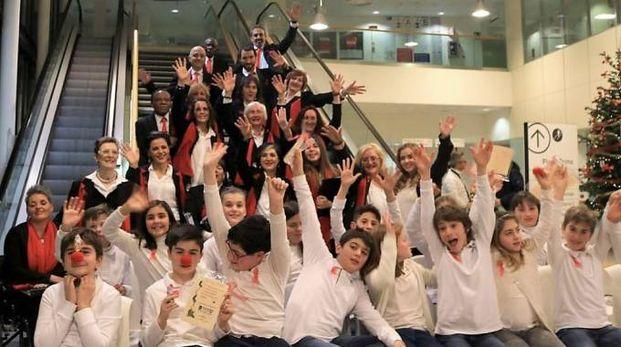 Il Coro con gli studenti della primaria Attilio Frosini