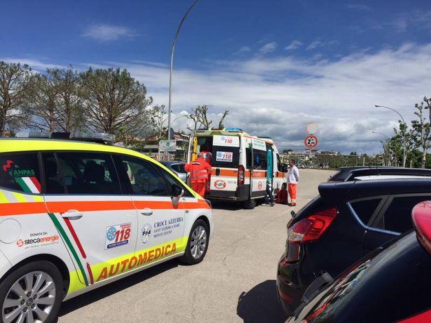 I soccorsi giunti per il motociclista ferito (Foto Colibazzi)
