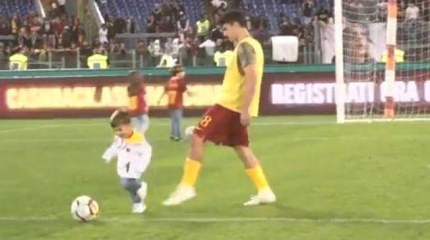 Diego Perotti atterra il figlio in area, video divertente della Roma (Twitter)