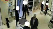 L'acquisto di una borsa in un negozio Chanel con la carta di cerdito rubata