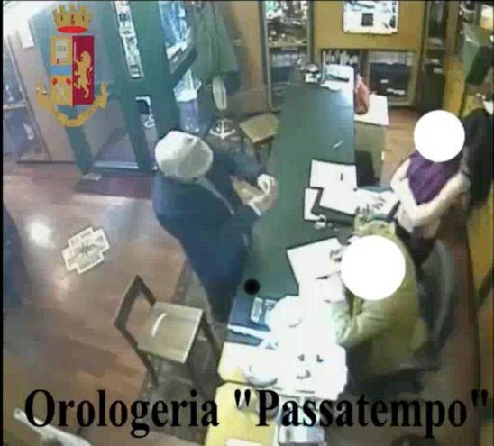 L'acquisto di un orologio Rolex in un negozio in centro a Milano