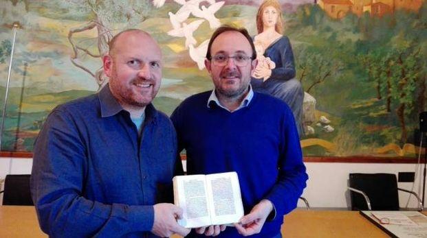 I sindaci Baroncelli e Trentanovi con il manoscritto di Antonio Zobi