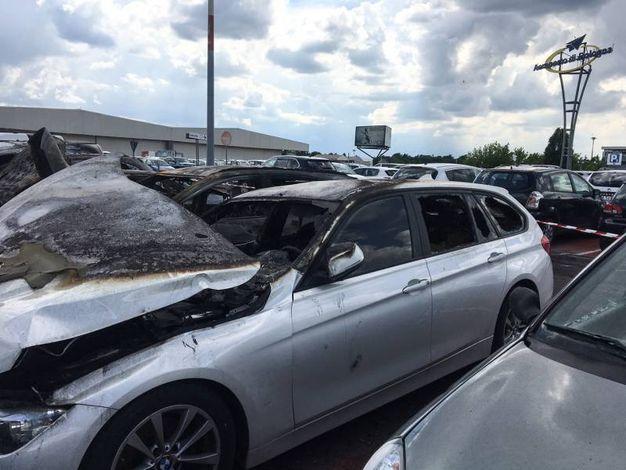Una densa colonna di fumo si è anzata dal parcheggio (foto Schicchi)