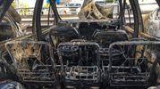 Le auto distrutte nell'incendio (foto Schicchi)