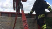 I vigili del fuoco sistemano il carico