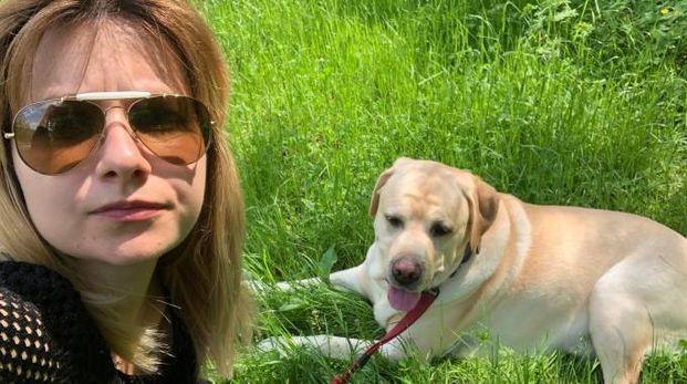 Elisa Ubaldini con il labrador Thiago durante una  passeggiata al fiume