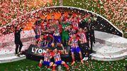 I campioni dell'Atletico Madrid in trionfo allo stadio con la coppa dell'Europa League (Epa)