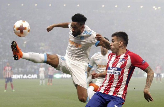Jordan Amavi, Olympique Marseille (sin) in azione stacca Angel Correa,  Atletico Madrid (AnsaAp)