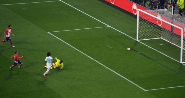 Antoine Griezmann, Atletico Madrid, segna 1-0 spiazzando il portiere dell'Olympique Marseille, Steve Mandanda (AnsaAp)