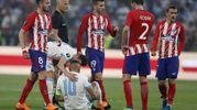 Dimitri Payet (Olympique Marseille) a terra infortunato, dovrà poi lasciare il campo (AnsaAp)