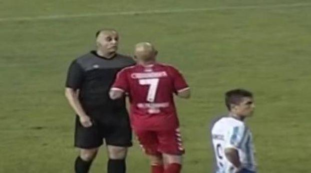 L'arbitro serbo Srdjan Obradovic fischia rigore inesistente (da youtube)