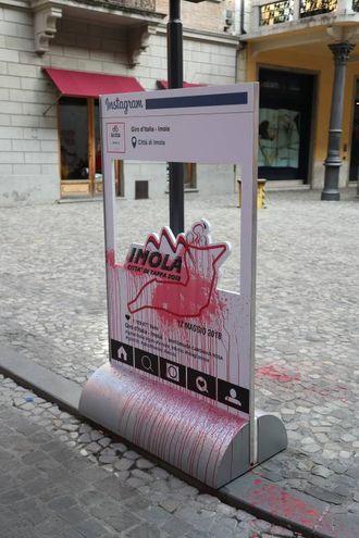 Il manifesto imbrattato in centro storico (Isolapress)