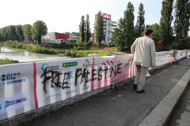 La scritta pro Palestina sul ponte di viale Dante (Isolapress)