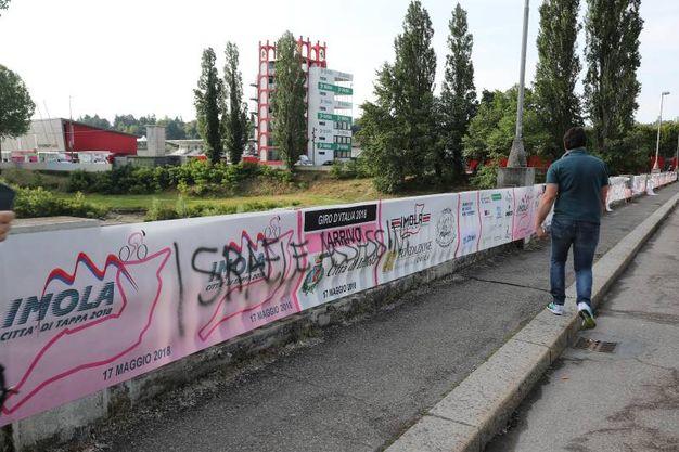 La scritta contro Israele sempre sul ponte di viale Dante (Isolapress)