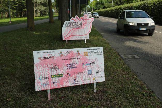 Un altro manifesto imbrattato in zona autodromo (Isolapress)