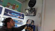 Il controllo delle telecamere di sicurezza alla tabaccheria San Biagio di Casalecchio dopo il colpo messo a segno nella notte (Foto Mignardi)