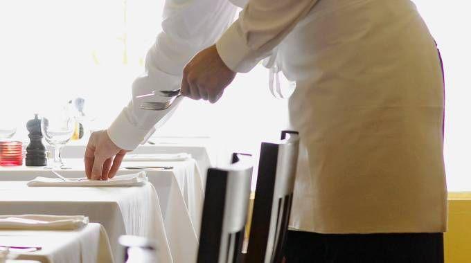 Un cameriere in una foto d'archivio