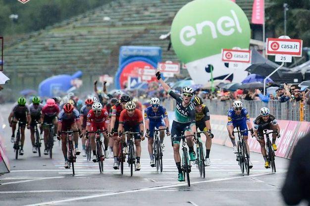 L'arrivo del ciclista irlandese sotto la pioggia dopo uno sprint sul rettilineo finale (foto LaPresse)