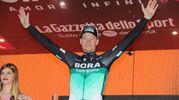 Il 27enne corridore irlandese della Bora-Hansgrohe omaggia l'Autodromo Enzo e Dino Ferrari di Imola (foto Isolapress)