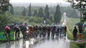 Il Giro d'Italia sulle strade bagnate (foto Isolapress)