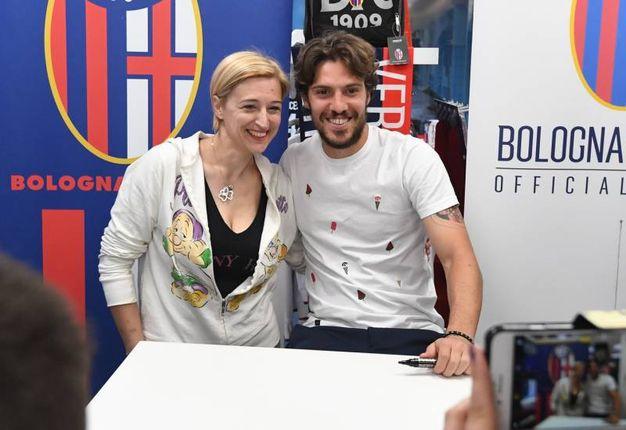 Simone Verdi con una tifosa al Bologna Store dello Stadio (foto Schicchi)