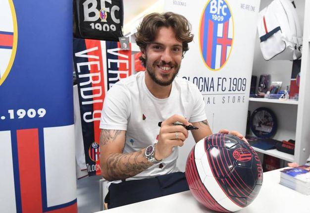 Simone Verdi firma un pallone al Bologna Store dello Stadio (foto Schicchi)