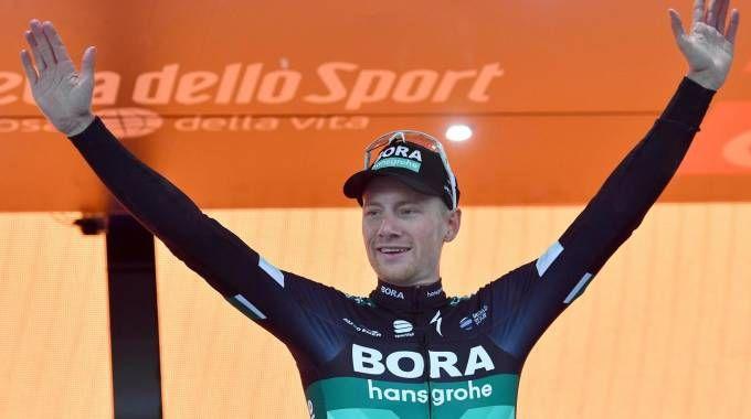 Sam Bennett festeggia la vittoria della tappa 12 del Giro d'Italia 2018 (Ansa)