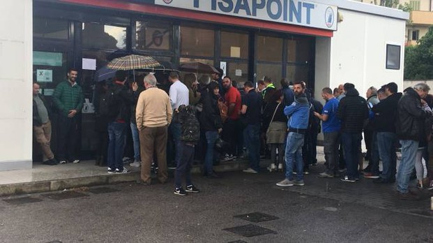 Tifosi nerazzurri in fila davanti al botteghino
