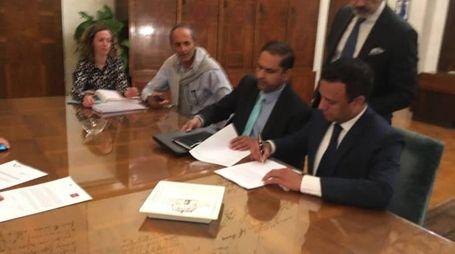 La foto della firma pubblicata su Twitter dal ministro Calenda