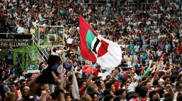 La grande festa dei tifosi al vecchio palas di viale dei Partigiani (foto Manna)