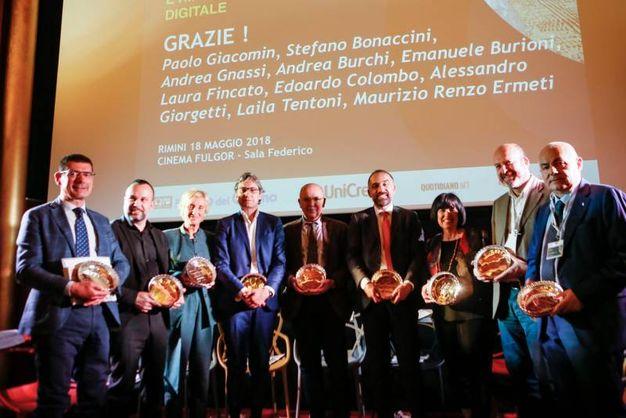 Foto di gruppo dei relatori che hanno preso parte al convegno, con l'apposita targa dell'evento (foto Bove)
