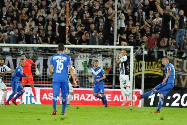 Il Brescia vicino al gol (foto Labolognese)