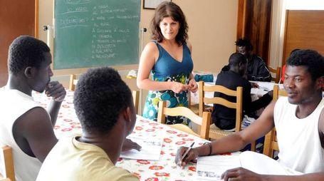 Alcuni migranti ospiti del Gus durante una lezione di italiano (foto d'archivio)