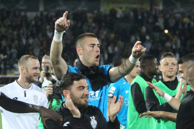 Il Cesena è salvo, giocatori in festa (foto Ravaglia)