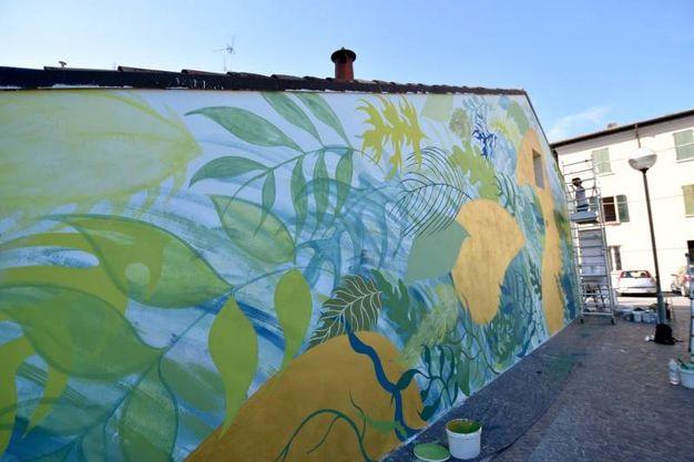 Gola ha dipinto le due pareti che delimitano via Casaglia (foto Fantini)