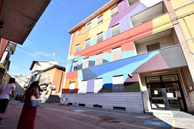 Il dipinto astratto di Moneyless, che ha operato in via Cobelli dipingendo irregolari geometrie colorate su un intero palazzo(foto Fantini)