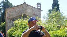Sullo sfondo l'antica chiesa di Sant'Andrea in Petriolo che si trova alle porte di Ponsacco, nell'ansa del fiume Era (fotoservizio Esposito per Germogli)
