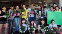 I ragazzi che hanno pulito Aulla colorandola con fiori di vari tipo