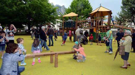 Bimbi giocano nel nuovo parco
