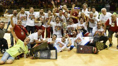 La squadra festeggia con la coppa (Cavalleri)