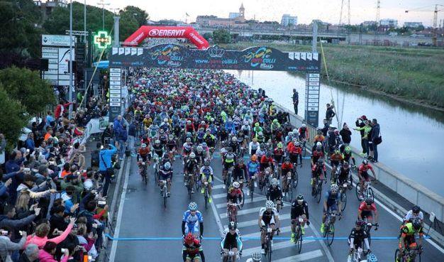 L'inizio della corsa, sulle sponde del Porto Canale leonardesco (Foto Ravaglia)