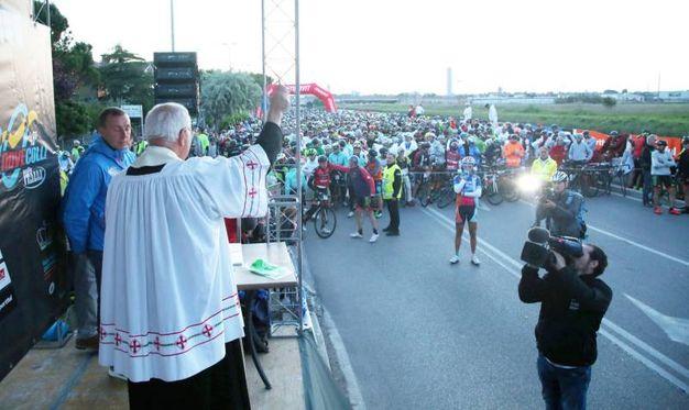 Don Sauro benedice i ciclisti al via (Foto Ravaglia)