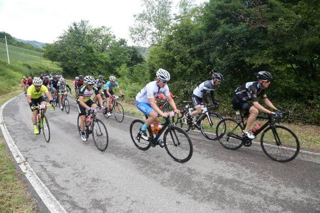 Il passaggio degli atleti da Pieve di Rivoschio (Foto Ravaglia)