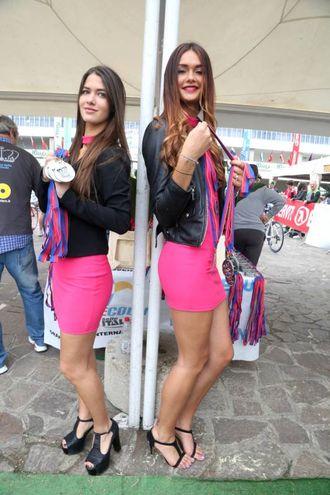 Le hostess distribuiscono le medaglie di partecipazione (Foto Ravaglia)